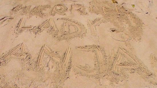 Lady Anja mit im Urlaub am Strand.