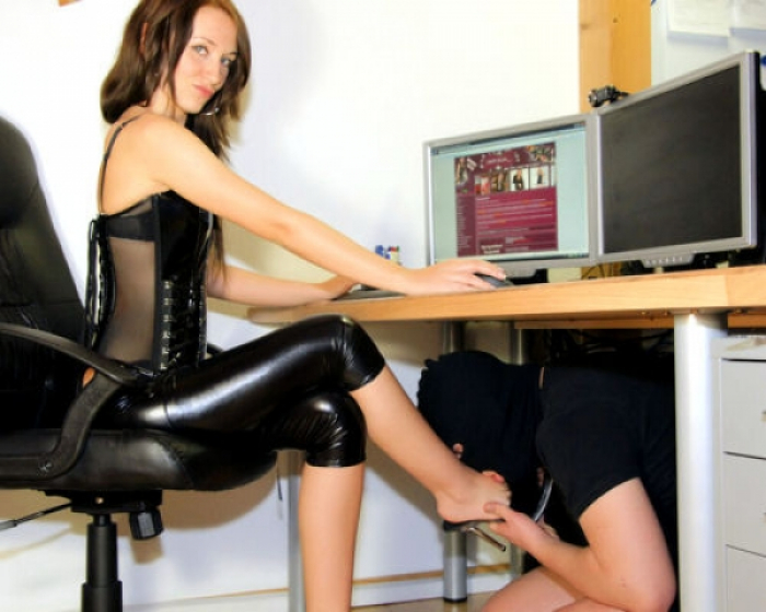 Sklave unterm Tisch