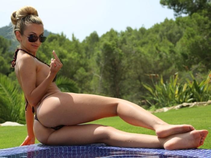 Luxuslady entspannt am Pool