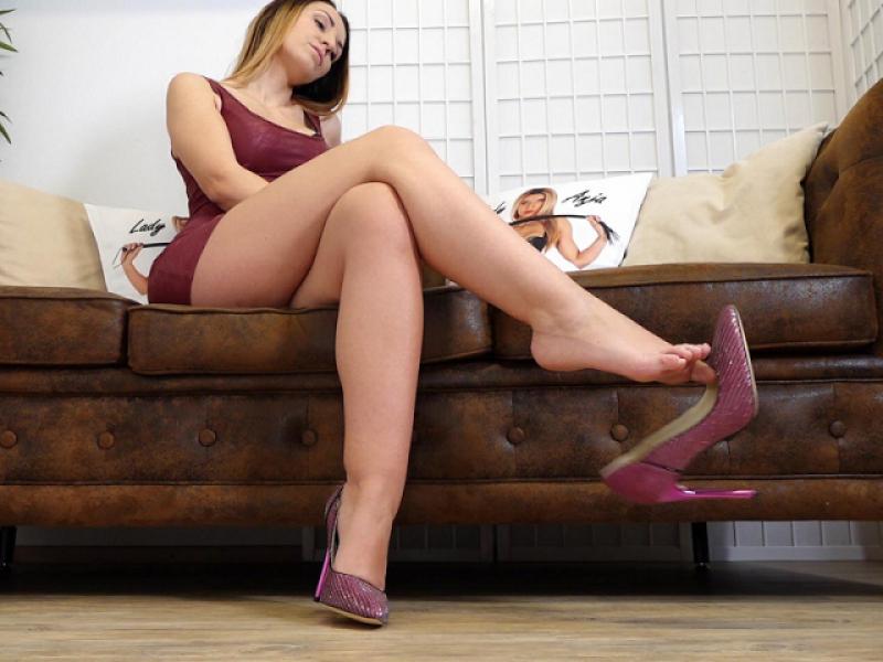 Shoe Dangling - Buffalo Glitzer Pumps an meinen Füßen