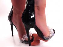 Schwanzfolter: Mit Füßen getreten